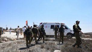 قوات الجيش الإسرائيلي في مكان هجوم مزعوم على نشطاء يساريين من قبل المستوطنين بالقرب من مستوطنة الضفة الغربية متسبيه يئير، 25 أغسطس، 2108. (B'Tselem)