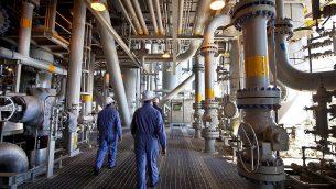عمال في حقل تصنيع الغاز الطبيعي تامار، على بعد 23 كم قبالة الساحل الجنوبي لعسقلان، 11 أكتوبر 2013. (Moshe Shai/Flash90)