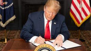 الرئيس الأمريكي دونالد ترامب يوقع أمراً تنفيذياً بشأن العقوبات المفروضة على إيران في نادي ترامب الوطني للغولف، 5 أغسطس / آب 2018، في بلدة بيدمينستر ، بولاية نيوجرسي. (Official White House Photo by Shealah Craighead)