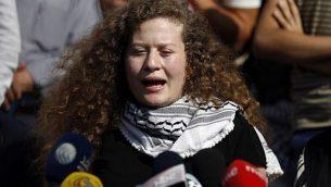 الفتاة الفلسطينية عهد التميمي تتحدث في مؤتمر صحفي عُقد على مشارف قرية النبي صالح في 29 يوليو، 2018، بعد قضائها فترة عقوبة بالسجن لمدة 8 أشهر لقيامها بصفع جندي إسرائيلي. (AFP Photo/Abbas Momani)