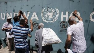 موظفو وكالة الأمم المتحدة لإغاثة وتشغيل اللاجئين الفلسطينيين في الشرق الأدنى (الأونروا) وأسرهم يحتجون على تخفيضات الوظائف التي أعلنتها الوكالة خارج مكاتبها في مدينة غزة في 31 يوليو 2018. (AFP Photo / Said Khatib)