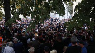 أشخاص تم تصويرهم بعد مشاركتهم في مسيرة حداد في مدينة كوثرن، شرقي ألمانيا، في 9 سبتمبر، 2018. المسؤولون الألمان دعوا إلى ضبط النفس في 9 سبتمبر، 2018 بعد اعتقال افغانيين إثنين بشبهة قتل شاب ألماني خلال شجار، مما أثار مخاوف من اضطرابات جديدة معادية للأجانب بعد أحداث العنف العنصرية التي هزت مدينة كيمنتس. (AFP PHOTO / Odd ANDERSEN)