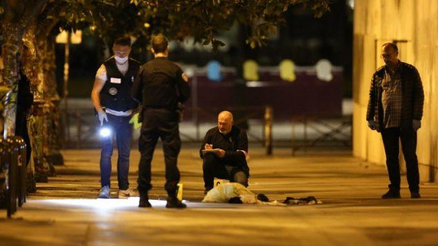 الشرطة الفرنسية تحقق في ساحة مهاجمة رجل لأشخاص في احد شوارع باريس، 9 سبتمبر 2018 (ZAKARIA ABDELKAFI / AFP)