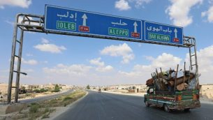 سكان من محافظة إدلب يفرون نحو الحدود السورية التركية في 10 سبتمبر، 2018. قوات النظام والقوات المتحالفة معها تحتشد حول شمال غرب محافظة إدلب، حيث تخشى منظمات إغاثة أن يتحول ما قد يكون إلى الصراع الرئيسي الأخير في الحرب الأهلية السورية المستمرة منذ 7 سنوات إلى الأكثر دموية أيضا.  (AFP PHOTO / OMAR HAJ KADOUR)