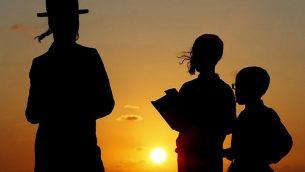 رجال يهود حريديم يصلون على شاطئ البحر الأبيض المتوسط في مدينة هرتسليا، بالقرب من تل أبيب، خلال أداء مراسم 'الشليخ' في 17 سبتمبر، خلالها يتم إلقاء 'الخطايا' في المياه، قبل يوم الغفران، أهم ييوم في التقويم العبري، والذي يبدأ مع غروب شمس 18 سبتمبر. (AFP/Jack Guez)