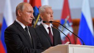 الرئيس الروسي فلاديمير بوتين (من اليسار) يشارك في مراسم تنصيب رئيس بلدية موسكو سيرغي سوبيانينين، 18  سبتمبر، 2018. (AFP/Sputnik/Alexey Filippov)