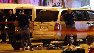 شرطة الأدلة الجنائية تقوم بفحص جثة فلسطيني قُتل بينران الشرطة في القدس الشرقية في 18 سبتمبر، 2018 خلال محاولته تنفيذ هجوم طعن. (AFP/Ahmad Gharabli)