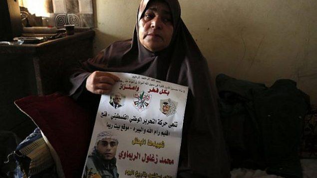 والدة الشاب الفلسطيني محمد زغلول الخطيب (24 عاما) تجلس في منزل العائلة في قرية بيت ريما في الضفة الغربية، شمال رام الله، 18 سبتمبر، 2018.  (AFP Photo/Abbas Momani)