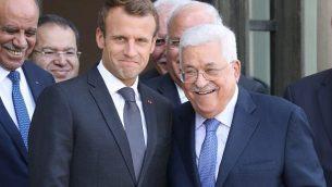 الرئيس الفرنسي إيمانويل ماكرون (يسار) يقف مع رئيس السلطة الفلسطينية محمود عباس بعد لقائهما في قصر الإليزيه في باريس يوم 21 سبتمبر 2018. (AFP / Ludovic Marin)