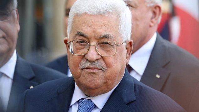 رئيس السلطة الفلسطينية محمود عباس يتحدث مع الصحافة بعد اللقاء بالرئيس الفرنسي ايمانويل ماكرون في قصر الاليزيه في باريس، 21 سبتمبر 2018 (AFP Photo/Ludovic Marin)