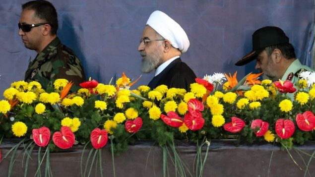 الرئيس الإيراني حسن روحاني يصل للمشاركة في الموكب العسكري السنوي في ذكرى اندلاع الحرب المدمرة مع العراق بين عام 1980-1988، في العاصمة طهران، 22 سبتمبر 2018 (AFP/ STRINGER)