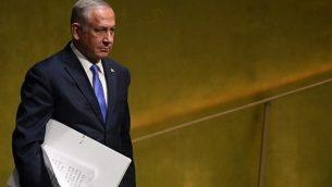 رئيس الوزراء بينيامين نتنياهو يصل إلى إلقاء كلمة أمام الجمعية العامة للأمم المتحدة في نيويورك، 27 سبتمبر، 2018. (AFP/Timothy A. Clary)