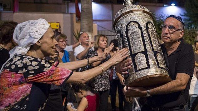 """اليهود المغاربة والسياح اليهود الإسرائيليون يشاركون في احتفالات """"سمحات توراه"""" في كنيس في مراكش في 12 أكتوبر، 2017. (AFP PHOTO / FADEL SENNA)"""