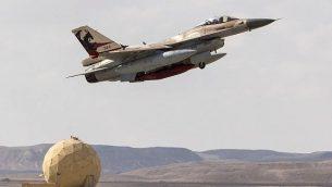 طائرة اف-16 إسرائيلية تنطلق خلال مناورة 'العلم الأزرق' في قاعدة 'عوفدا' الجوية، شمال مدينة إيلات الإسرائيلية، 8 نوفمبر، 2017.  (Jack Guez/AFP)
