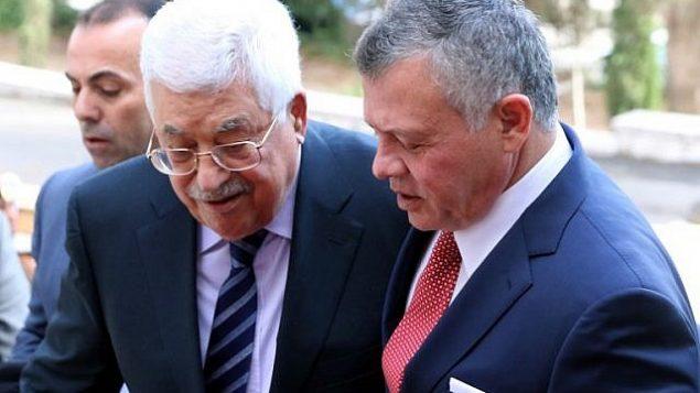 الملك الأردني عبد الله الثاني، من اليمين، يستقبل رئيس السلطة الفلسطينية محمود عباس في القصر الملكي في عمان، 7 ديسمبر، 2017.  (AFP/ KHALIL MAZRAAWI)