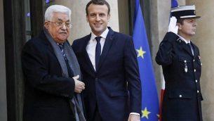 الرئيس الفرنسي إيمانويل ماكرون (وسط الصورة) يرحب برئيس السلطة الفلسطينية محمود عباس (من اليسار) في قصر الإليزيه في باريس لعقد لقاء بينهما، 22 ديسمبر، 2017.  (AFP Photo/Patrick Kovarik)