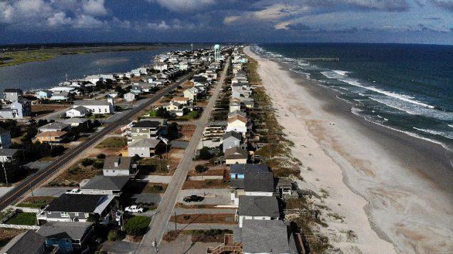 منازل في منطقية ساحلية في ولاية كارولينا الشمالية، حيث تم اصدار اوامر اخلاء تجهيزا لاعصار فلورنس المقترب من المنطقة، 11 سبتمبر 2018 (MARK WILSON / GETTY IMAGES NORTH AMERICA / AFP)
