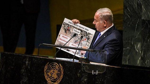 بينيامين نتنياهو لافتة لمواقع ذرية إيرانية مزعومة خلال إلقائه لخطاب أمام الجمعية العامة للأمم المتحدة، 27 سبتمبر، 2018 في نيويورك. (Stephanie Keith/Getty Images/AFP)