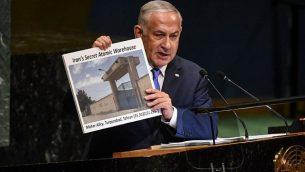 رئيس الوزراء الإسرائيلي بنيامين نتنياهو يحمل لافتة تظهر موقعاً إيرانياً مشكوكاً فيه، بينما يلقي خطاباً في الجمعية العامة للأمم المتحدة في 27 أيلول / سبتمبر 2018 في مدينة نيويورك. (Stephanie Keith/Getty Images/AFP)