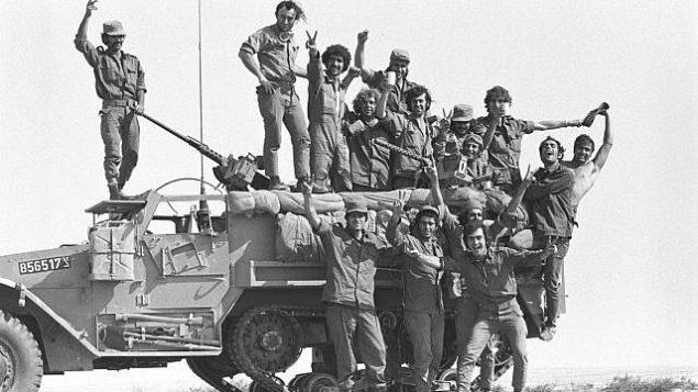 جنود يقفون على قمة دبابة أثناء اندلاع حرب أكتوبر في 6 أكتوبر 1973. (Avi Simhoni/Bamahane/Defense Ministry Archives)