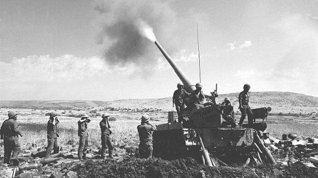 القوات الإسرائيلية تطلق مدفعاً من موقع على مرتفعات الجولان خلال حرب أكتوبر في 11 أكتوبر 1973. (Radovan Zeev/Bamahane/Defense Ministry Archives)