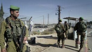 جنود اسرائيلية في مفرق كتلة عتصيون الإسرائيلية بعد دهس فلسطيني اسرائيليين اثنين بسيارته في وقت سابق من اليوم، 17 نوفمبر 2017 (Israel Defense Forces)