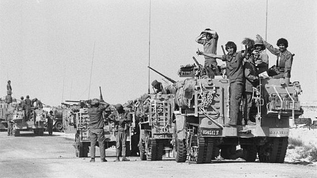 سيارات مدرعة إسرائيلية تتخذ مواقع في شبه جزيرة سيناء خلال حرب أكتوبر في 6 أكتوبر 1973.  (Avi Simhoni/Bamahane/Defense Ministry Archives)