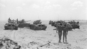 دبابات مدرعة إسرائيلية تتخذ مواقعها في بداية حرب أكتوبر في 10 أكتوبر 1973. (Bamahane/Defense Ministry Archives)