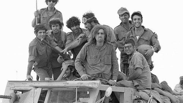 جنود الاحتياط في شاحنة أثناء اندلاع حرب أكتوبر في شبه جزيرة سيناء في 6 أكتوبر 1973.(Avi Simhoni/Bamahane/Defense Ministry Archives)