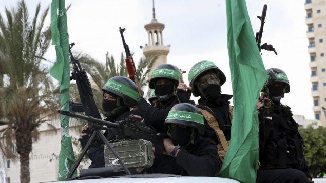 عناصر ملثمون من كتائب عز الدين القسام، الجناح العسكري لحركة حماس، خلال الذرى ال30 لتأسيس الحركة، مدينة غزة، 13 ديسمبر 2017 (AP Photo/Adel Hana)