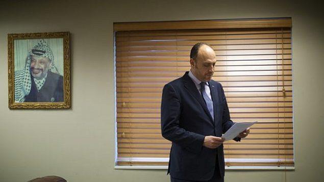 حسام زملط، المبعوث الفلسطيني إلى واشنطن، يراجع أوراق في واشنطن العاصمة في 16 فبراير 2018. (AP Photo / Pablo Martinez Monsivais)