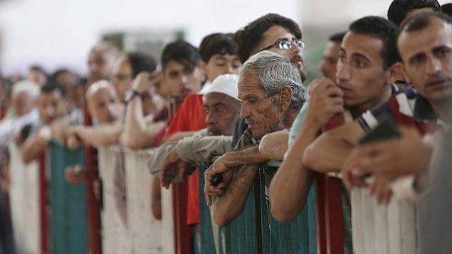 في 22 أيار / مايو 2018، تظهر صورة الملف هذه الفلسطينيين الذين ينتظرون عبور الحدود بين غزة ومصر إلى الجانب المصري عند معبر رفح. (AP Photo / Adel Hana، File)