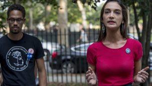المرشحة لمجلس شيوخ ولاية نيويورك جوليا سلازار خلال مظاهرة في حديقة مكارين في حي بروكلين بنيويورك، 15 اغسطس 2018 (AP Photo/Mary Altaffer)