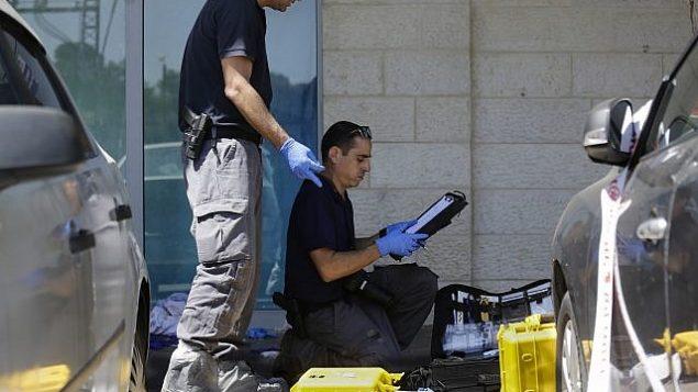 تحقق الشرطة في مكان الهجوم حيث قتل آري فولد على يد مراهق فلسطيني في مستوطنة غوش عتسيون في الضفة الغربية في 15 سبتمبر 2018. (AP Photo / Mahmoud Illean)