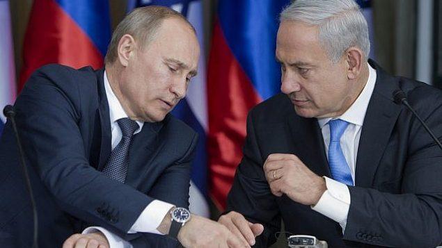 الرئيس الروسي فلاديمير بوتين، من اليسار، يتحدث مع رئيس الوراء بينيامين نتنياهو خلال استعدادهما للإدلاء بتصريحات مشتركة بعد لقاء وجبة غداء في منزل القائد الإسرائيلي في القدس، الإثنين، 25 يونيو، 2012. (AP Photo/Jim Hollander, Pool)