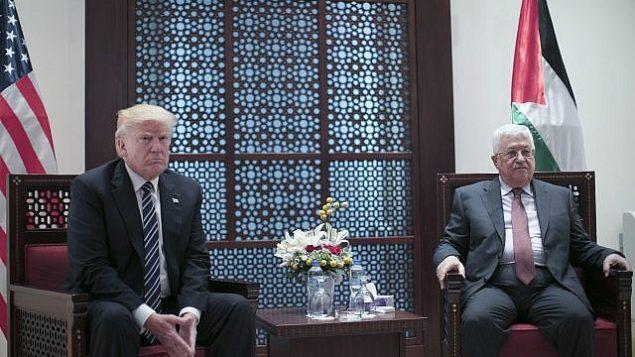 رئيس السلطة الفلسطينية، محمود عباس، على اليمين، يلتقي بالرئيس الأمريكي دونالد ترامب في مدينة بيت لحم بالضفة الغربية يوم 23 مايو 2017. (Fadi Arouri, Xinhua Pool via AP)