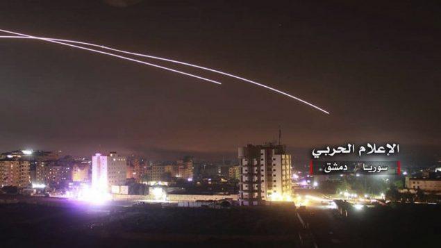 صورة توضيحية: انطلاق صواريخ بينما تقصف صواريح اسرائيلية مواقع دفاع جوي وقواعد عسكرية اخرى في دمشق، سوريا، 10 مايو 2018 (Syrian Central Military Media, via AP)