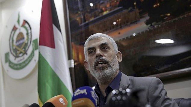 يحيى السنوار، قائد حركة حماس في قطاع غزة، يتحدث مع صحافيين أجانب في مكتبه في مدينة غزة يوم الخميس، 10 مايو، 2018.  (AP Photo/Khalil Hamra)