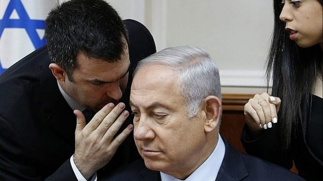 ديفيد كييز يتحدث مع رئيس الوزراء بينيامين نتنياهو في مستهل الجلسة الأسبوعية للحكومة في مكتبه في القدس، 23 يوليو، 2018. (Gali Tibbon/Pool via AP)