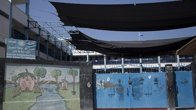 رسم يزين جدارا في مدرسة مغلقة تابعة لوكالة غوث وتشغيل اللاجئين الفلسطينيين (أونروا) خلال إضراب لموظفي الأونروا في مدينة غزة، 24 سبتمبر، 2018. (AP Photo/Khalil Hamra)