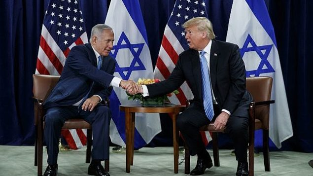 الرئيس الأمريكي دونالد ترامب (من اليمين) ورئيس الوزراء بينيامين نتنياهو يتصافحان على هامش الجمعية العامة للأمم المتحدة، 26 سبتمبر، 2018، في مقر الأمم المتحدة. (AP Photo/Evan Vucci)
