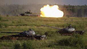 دبابة T-80 الروسية  تطلق النار خلال عرض في ميدان للرماية في ألابيونو ،في ضواحي موسكو، روسي، 16 يونيو، 2015. (AP Photo/Ivan Sekretarev)