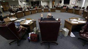 ملف - عضو مجلس إدارة الولاية كين ميرسر، مركز، يطرح سؤالاً حيث يستمع مجلس الإدارة للشهادة خلال جلسة استماع علنية حول الكتب العلمية الجديدة المقترحة، 17 سبتمبر 2013، في أوستن، تكساس (AP Photo / Eric Gay)