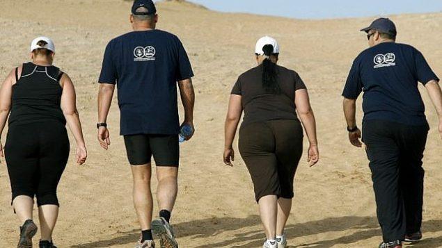 صورة توضيحية لأشخاص من أصحاب الوزن الزائد يقومون برياضة المشي في معهد 'وينغيت' في إسرائيل.  (Moshe Shai/Flash90)