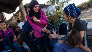 توضيحية: يهود إسرائيليون وفلسطينيون يتحدثون معا خلال لقاء عيش مشترك في الضفة الغربية، في 22 يوليو، 2015.  (Nati Shohat/Flash90)