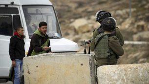 صورة توضيحية: عناصر حرس الحدود في حاجز بالضفة الغربية، يناير 2017 (Wisam Hashlamoun/Flash90)
