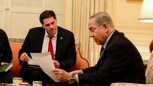 رئيس الوزراء بنيامين نتنياهو (إلى اليمين) مع سفير إسرائيل لدى الولايات المتحدة رون ديرمر، في دار ضيافة الرئيس، في واشنطن العاصمة، 14 فبراير 2017. (Avi Ohayon/GPO)