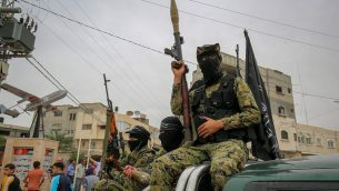 قوات الجناح العسكري لحركة حماس خلال تشييع جثمان ستة من مقاتليه في مخيم دير البلح، مركز قطاع غزة، 6 مايو 2018 (Rahim Khatib/Flash90)