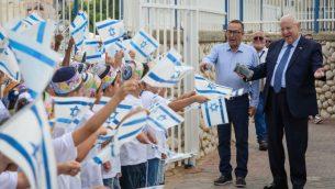 الرئيس رؤوف نرفلين يزور طلاب في مدرسة 'نوعام الياهو' الدينية في مدينة 'نتيفوت' جنوب اسرائيل في اول يوم دراسي، 2 سبتمبر 2018 (Mark Neyman/GPO)