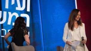مونيكا لفينسكي تغادر مقابلة مع رونيت ليفي خلال مؤتمر قناة حداشوت في القدس، 3 سبتمبر 2018 (Yonatan Sindel/Flash90)